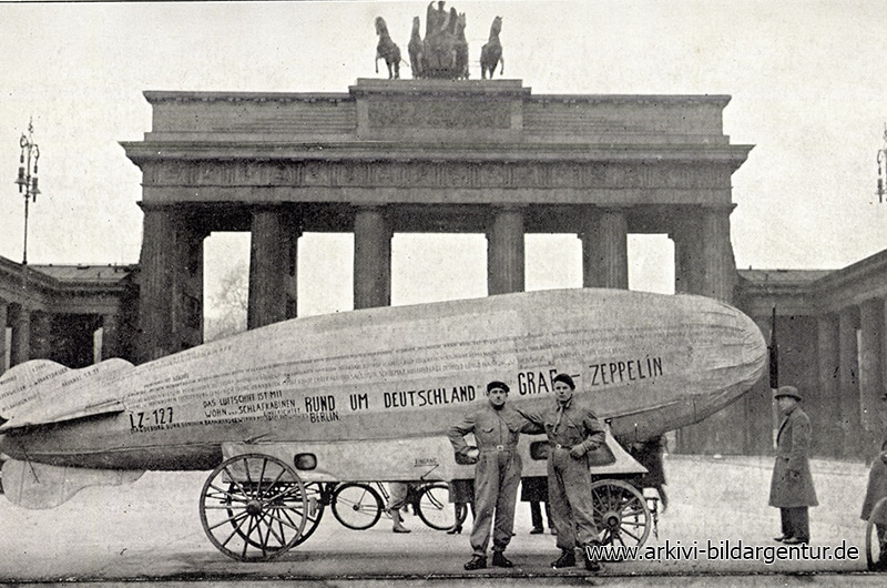 Ak Berlin, Zeppelin am Brandenburger Tor, Menschen