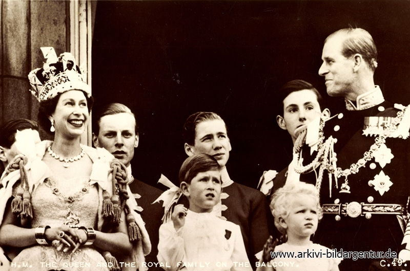 Ak The Queen and the Royal Family on the Balcony