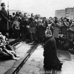 Brandt, Willy - Bundeskanzler, SPD, D - Kniefall vor dem Ehrenmal der Helden des Warschauer Ghettos nach der Kranzniederlegung - im Hintergrund ein Soldat sowie Journalisten, Fotografen und Kameramaenner