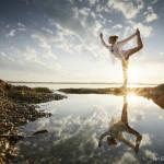 Frau beim Yoga am Starnberger See, Oberbayern, Bayern, Deutschland