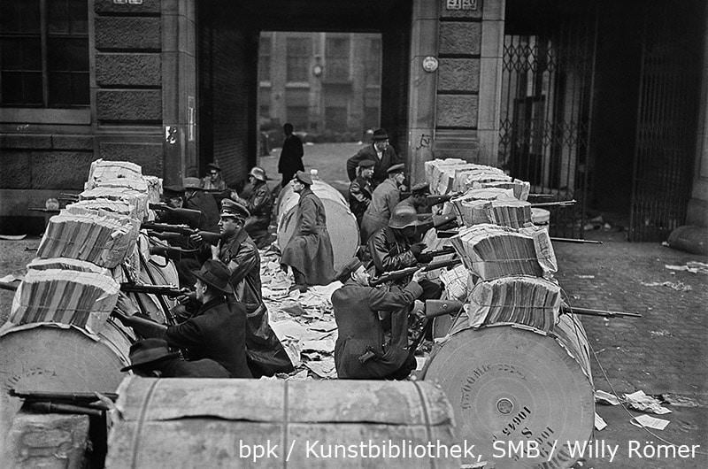 Novemberrevolution. Barrikaden aus Zeitungspapierrollen vor dem Verlagshaus Rudolf Mosse, Schützenstraße