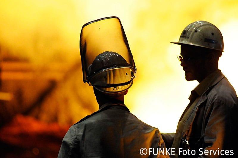 Serie der WAZ-Duisburg - Die WAZ oeffnet Tueren - hier ein Besuch im Stahlwerk von ThyssenKrupp in Duisburg-Bruckhausen, am Donnerstag den 19.07.2012. Stahlkocher bei der Arbeit. Foto: Lars Fröhlich / WAZ FotoPool
