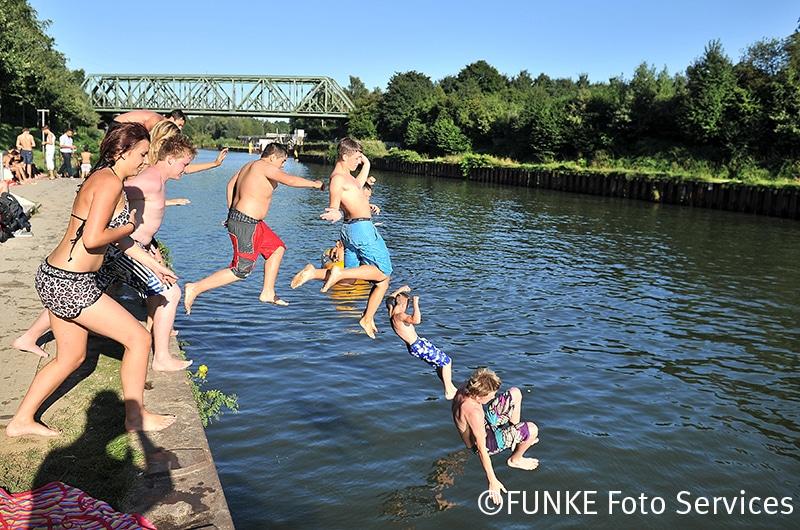 SOMMERFEATURE: Schwimmer am Rhein Herne Kanal in der Hoehe Hesse Bad am 18. August 2012. Foto: Sebastian Konopka / WAZ FotoPool