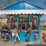 Kunden entspannen sich am 2. April 2016 vor dem als Das blaue Büdchen bekannten Kiosk in Duisburg an der Amtsgerichtsstraße. Foto: Sebastian Konopka / FUNKE Foto Services