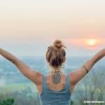 Yoga zum Sonnenuntergang beim Prambanan, hindusitische Tempelanlage