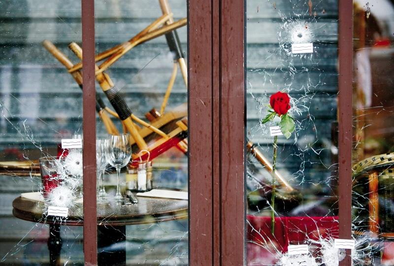 Einschusslšcher sind zu sehen am 17.11.2015 an einem CafŽ in der Rue de la Fontaine-au-Roi in Paris (Frankreich). Bei einer Serie von TerroranschlŠgen in Paris in der Nacht vom 13. auf den 14. November 2015 wurden mindestens 129 Menschen getštet. Foto: Malte Christians/dpa