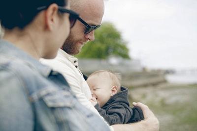Parents wearing sunglasses holding little baby outdoors [© CAIA / FOTOFINDER.COM - Veroeffentlichung nur gegen Honorar, Urhebervermerk und Belegexemplar an Fotofinder GmbH, Potsdamer Str. 96, D-10785 Berlin. Hinweis: Bei werblicher Nutzung vorher Kontakt aufnehmen via E-Mail: fulfillment@fotofinder.com, Telefon: +49 (0)30 25 79 28 90 oder Fax +49 (0)30 25 79 28 999. Ueberweisung des Honorars erfolgt an: Fotofinder GmbH, Deutsche Bank, IBAN: DE03 1007 0024 0041 4862 00, BIC: DEUTDEDBBER.]