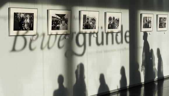 """Ausstellungseröffnung """"Beweggründe - Fotografische Augenblicke zwischen Aufbruch und Ankunft"""" von SZ Photo im Verlagsgebäude der Süddeutschen Zeitung in München."""