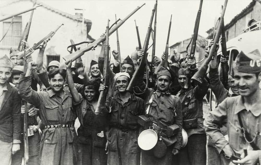 Spanischer Bürgerkrieg 1936–39. Soldaten der Republikanischen Armee, heben jubelnd ihre Gewehre. Foto, undatiert.