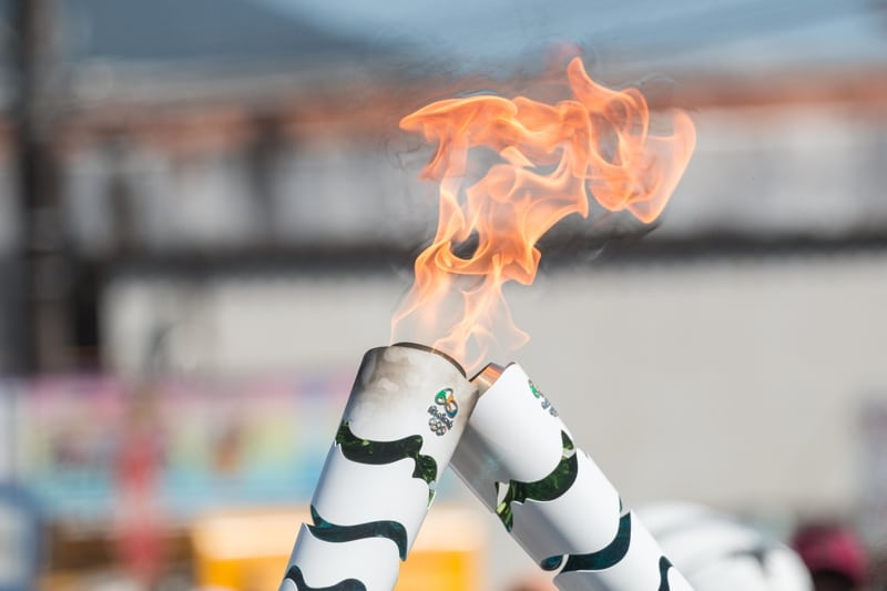 Athletes and guests participating in the relay of the Olympic torch in the city of Ubatuba, north coast of São Paulo, on the afternoon of Thursday, 27. (PHOTO: ALE MEIRELLES/BRAZIL PHOTO PRESS) | Keine Weitergabe an Wiederverkäufer.