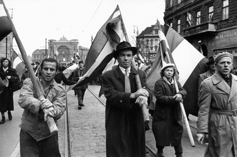 Volksaufstand in Ungarn 24. Oktober bis 11. November 1956. Einmarsch sowj. Truppen in Budapest, Straßenkämpfe zwischen den Aufständischen und der Sowjetarmee. Nach dem vermeintlich endgültigen Abzug der sowjet. Truppen aus Budapest am 29.10. ziehen Demonstranten durch die Straßen der Stadt (Rückkehr der Truppen am 4.11.).– / Foto, 30.10.1956