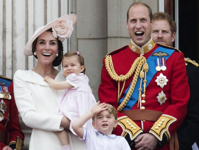 . 11/06/2016. London, United Kingdom. TThe Duke and Duchess of Cambridge and their children Prince George and Princess Charlotte watch an RAF flypast from the balcony of Buckingham Palace in London after the Trooping the Colour in London. PUBLICATIONxINxGERxSUIxAUTxHUNxONLY xStephenxLockx/xi-Imagesx IIM-12837-0054 11 06 2016 London United Kingdom TThe Duke and Duchess of Cambridge and their Children Prince George and Princess Charlotte Watch to RAF flypast from The balcony of Buckingham Palace in London After The Trooping The Colour in London PUBLICATIONxINxGERxSUIxAUTxHUNxONLY  Xi Imagesx iim 12837