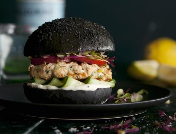 Schwarzer Burger mit Lachsfilet