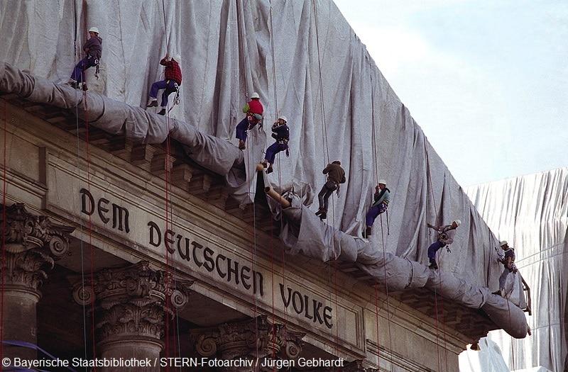 Christo bei der Verhüllung des Reichstages in Berlin. Wordlpressfoto The Arts by Dr. Jürgen Gebhardt,Stern