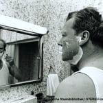 Stern, 2004, 2, 29. Nur fuer redaktionelle Zwecke. Exklusiv weltweit. VOE STERN SPEZIAL BIOGRAFIE 2/2004 BS 29 Willy Brandt 1969 ANALOG VORHANDEN ***Minimum Fee betraegt bis zu 1/4 S. EUR 205,--. Achtung: Vor Veroeffentlichung Bitte Ruecksprache mit Picture Press Tel.: 4940 3703 3023*** 'Willy Brandt', Prominent, Celebrity, Politiker, Bundeskanzler, Rasur, rasieren, Spiegel, innen , Person: Willy Brandt, Alter: 40-50 Jahre, Anzahl Personen: Einzelfoto, Personenschlagwort: Privat