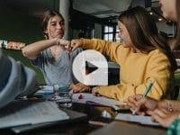 mauritius images: School's on – zurück in Klassenzimmern und Hörsälen