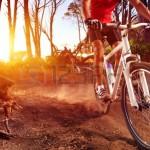 123rf_mountain-bike-radfahrer-fahren-eingleisig-bei-sonnenaufgang-gesunden-lebensstil-aktiver-sportler-bei