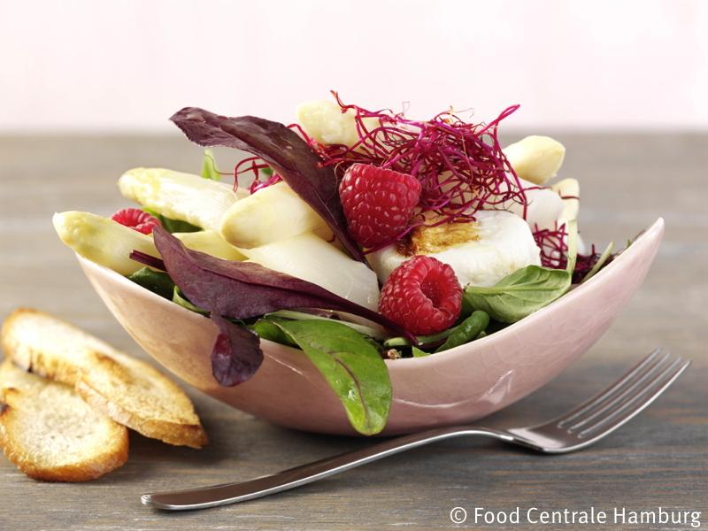 Blattsalate mit Spargel, Himbeeren und Ziegenkaese