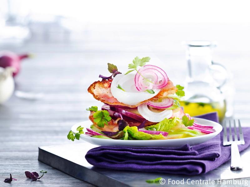 Frischer Salat mit roten und weissen Zwiebeln