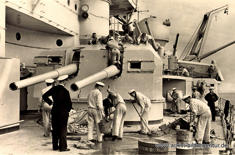 Ak Matrosen machen Reinschiff auf einem Schlachtschiff