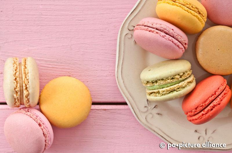 Bunte franzoesische Macarons auf vintage Teller