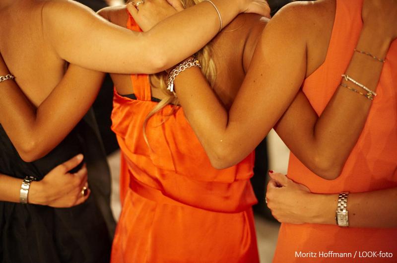 Drei Frauen umarmen sich, Masseria, Alchimia, Apulien, Italien
