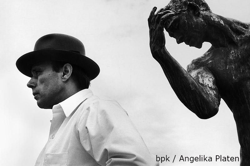 Joseph Beuys vor Pierre de Wiessant von Auguste Rodin