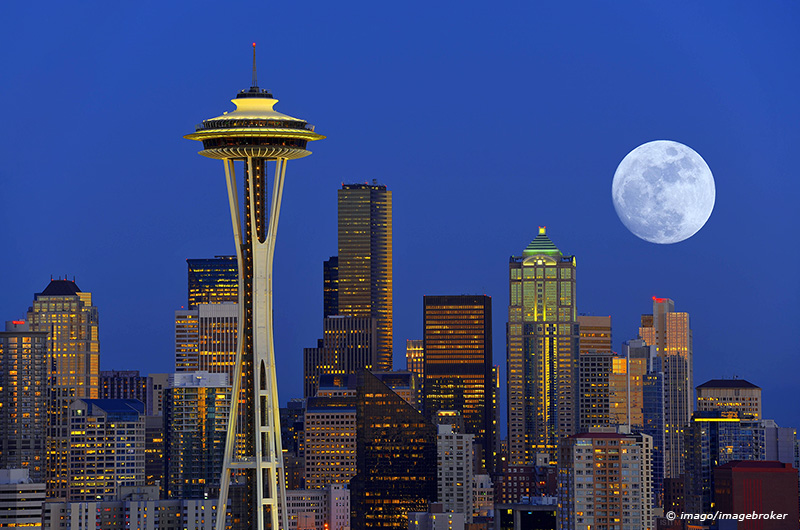 Nachtaufnahme Skyline Financial District Seattle mit Space Needle Vollmond Columbia Center ehemal