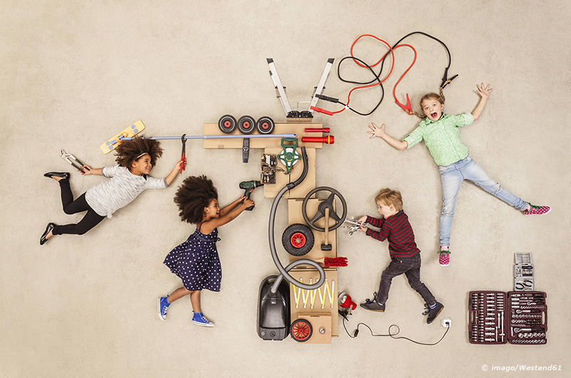 Children experimenting with electricity model released Symbolfoto PUBLICATIONxINxGERxSUIxAUTxHUNxONL