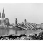 Karl Hugo Schmölz: Dom mit zerstörter Hohenzollernbrücke, 1946 (Rheinisches Bildarchiv Köln, RBA 711 684)
