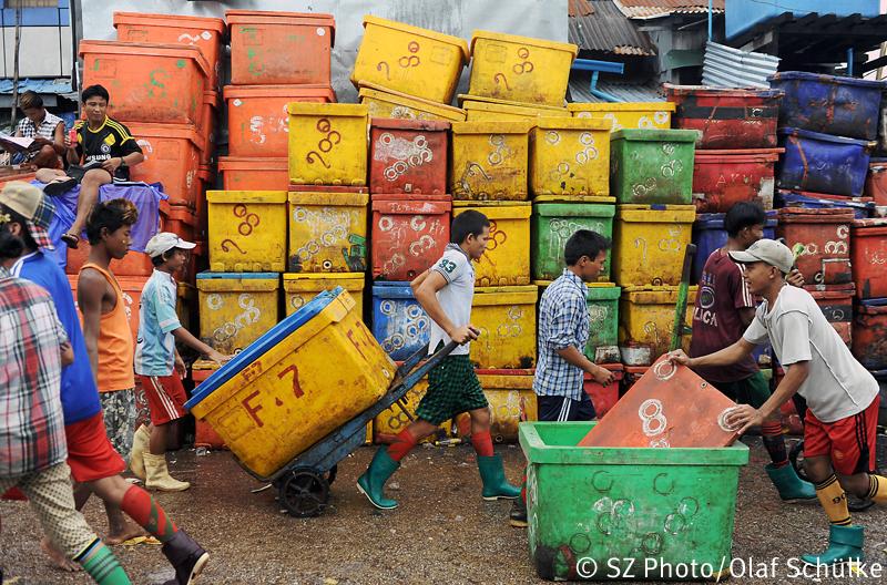 Arbeiter auf dem Gelände des Großfischmarktes San Pya in der ehemaligen birmanischen Hauptstadt Yangon (Rangun), 28. Juni, 2014. Ein Großteil der gefangenen Fische wird sofort tiefgefroren und in andere Teile Myanmars wie beispielsweise nach Mandalay transportiert.   |   Workers are seen at the San Pya fish market in the former Burmese capital city of Yangon (Rangoon), June 28, 2014. A large quantity of the freshly caught fish is immediately frozen and shipped to other parts of Myanmar like Mandalay.