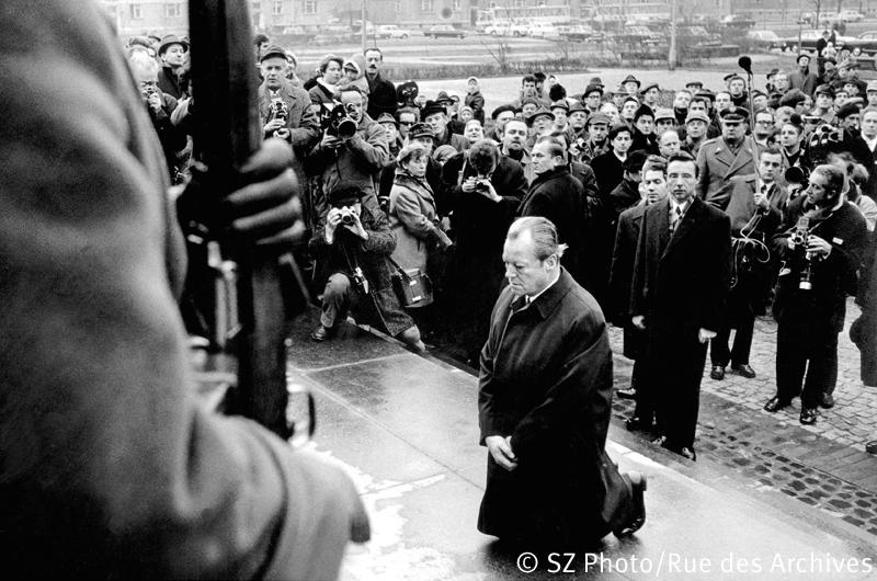 Bundeskanzler Willy Brandt kniet am 7. Dezember 1970 vor dem Warschauer Ehrenmal, das den Helden des Ghetto-Aufstandes vom April 1943 gewidmet ist. Mit dieser Geste legte Brandt den Grundstein für die deutsch-polnische Aussöhnung., 07.12.1970