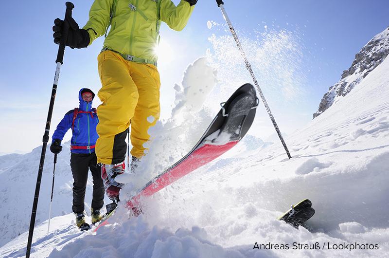 Zwei Skitourgeher beim Aufstieg zur Sulzspitze, Tannheimer Berge, Allgäuer Alpen, Tirol, Österreich