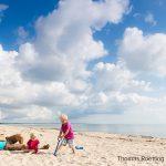 Vater mit zwei Kindern (1-4 Jahre) am Strand, Marielyst, Falster, Dänemark