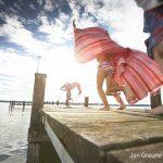 Kinder laufen über einen Steg, Starnberger See, Oberbayern, Bayern, Deutschland