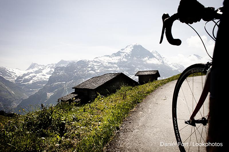 Radfahrer auf Passstraße, Blick auf Eiger und Mönch, Bussalp, Berner Oberland, Schweiz