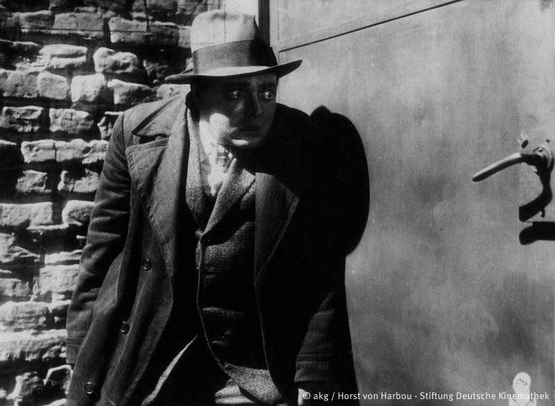"""Filme / Einzeltitel: """"M – Eine Stadt sucht einen Mörder"""" (Deutschland 1931; Regie: Fritz Lang; Buch: Thea von Harbou u. a.).Szene mit Peter Lorre."""