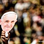 Eucharistiefeier mit Papst Franziskus im Madison Square Garden in New York am 25. September 2015. Der Papst besucht New York im Rahmen seiner Reise in die USA. Bild: Ein Zuschauer hält ein Konterfei eines lächelnden Papstes in die Luft.