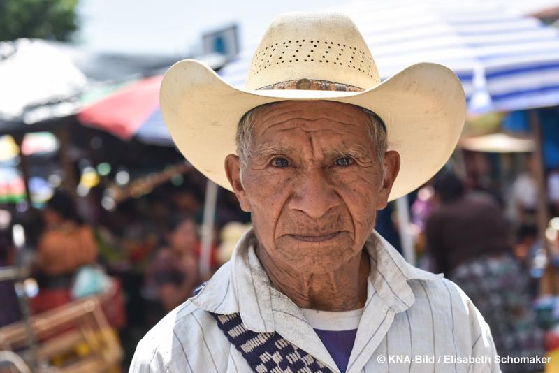 Mann mit Sombrero auf dem Markt in Zacualpa in Guatemala.