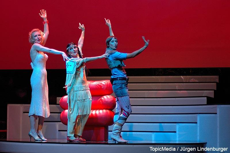 Sunnyi Melles, Stella Maria Adorf und Anneke Schwabe (v.l.n.r.) in dem Bühnenstück