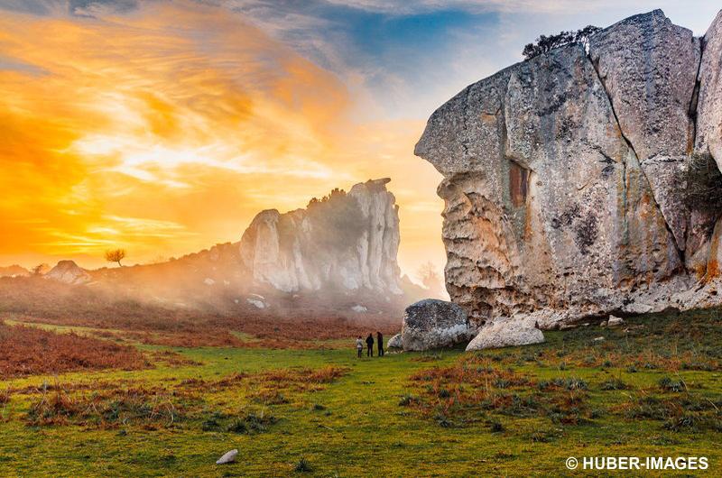 Italien, Sizilien, Provinz Messina, Argimusco, Die Megalithruinen von Argimusco im Nebel nahe dem Ätna und Montalbano Elicona, Sonne strahlt über die Felsen, Sonnenuntergang taucht Teil des Himmels in orangegelbes Licht, der Megalith Orante